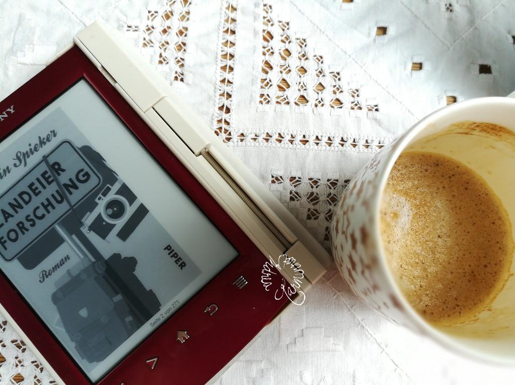 Freitag mit Kaffee und Buch