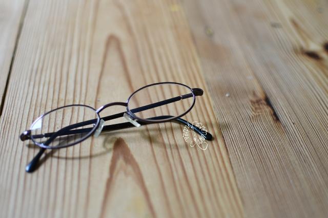Brille auf dem Tisch