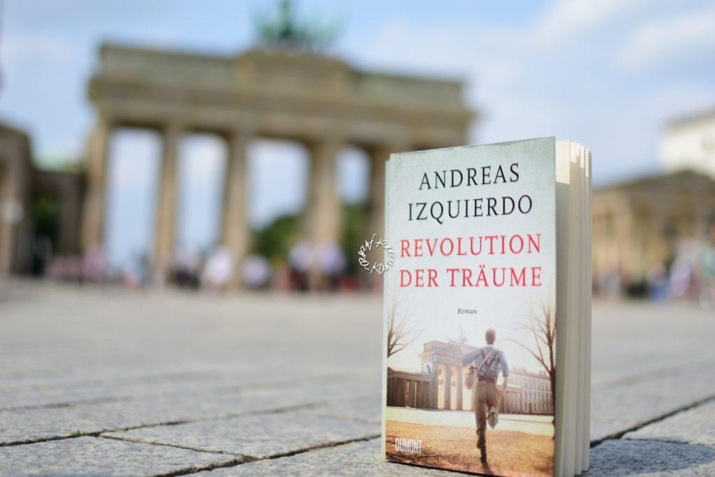 Das Buch Revolution der Träume vor dem Brandenburger Tor